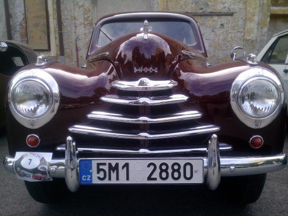 Sraz auto veteránů na zámku Janovice